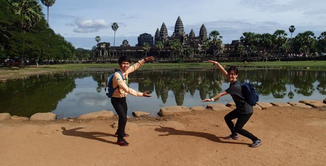カンボジアにて。右が筆者です。